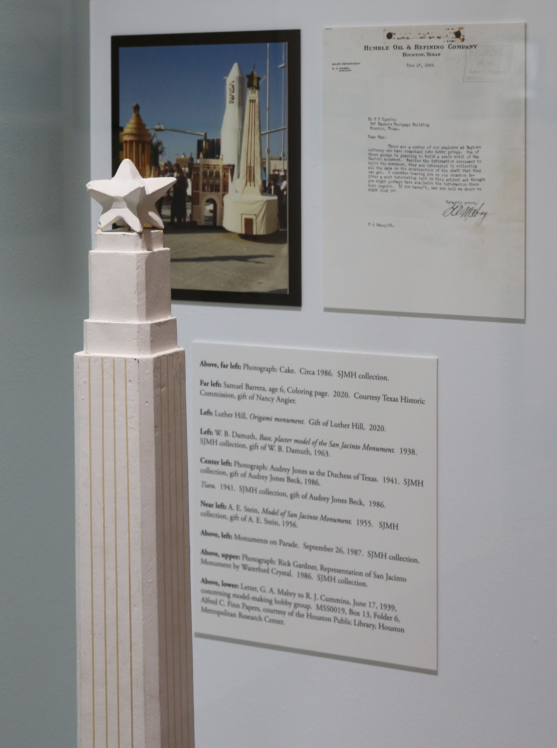 Monument model with content